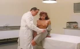 Simona Valli, nei panni di una milf inculata dal dottore