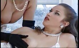 Fanny Bravo e Valentina Valli godono in arrapante scena lesbo