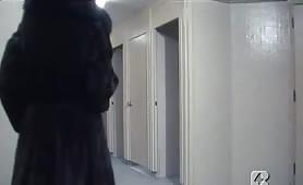 Barbara Bouchet gode in scena classico trombata nel bagno dell`aeroporto