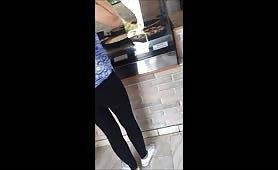 Ragazza in leggins nero al bar