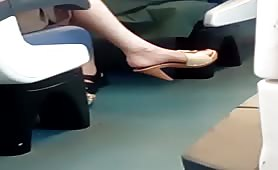Piede di donna voyeur sul treno