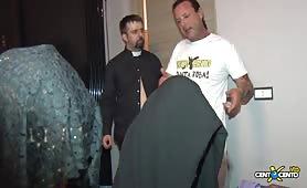 Orgiona porno con doppia penetrazione col prete cazzuto
