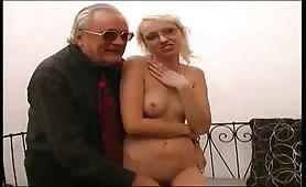 Giovane troietta bionda occhialuta gode in provino porno amatoriale