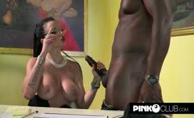 Amandha Fox  Porno segretaria con il negrone cazzuto in ufficio