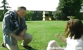 Figlia eccitata stuzzica il babbo maturo in porno incesto