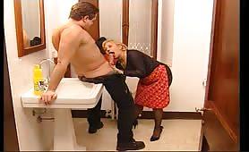 Sesso in bagno con la signora delle pulizie