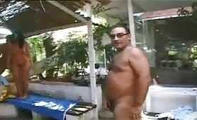 La slovacca Karma Rosenberg gode in orgia porno con inculata all`aperto