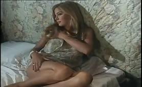 Moana Pozzi inculata da Roberto Malone in scena porno classico