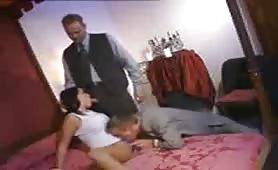 Moglie abusata ed inculata in orgia porno