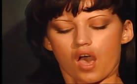 Ursula Moore inculata da porcone cazzuto in scena vintage