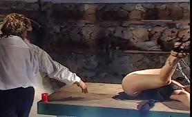La schiava viene scopata nella cantina