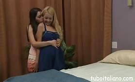 Valentina Nappi gode in sesso lesbo con la sua amica bionda