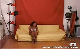 Angela, sexy milf mulatta si sditalina nel provino porno